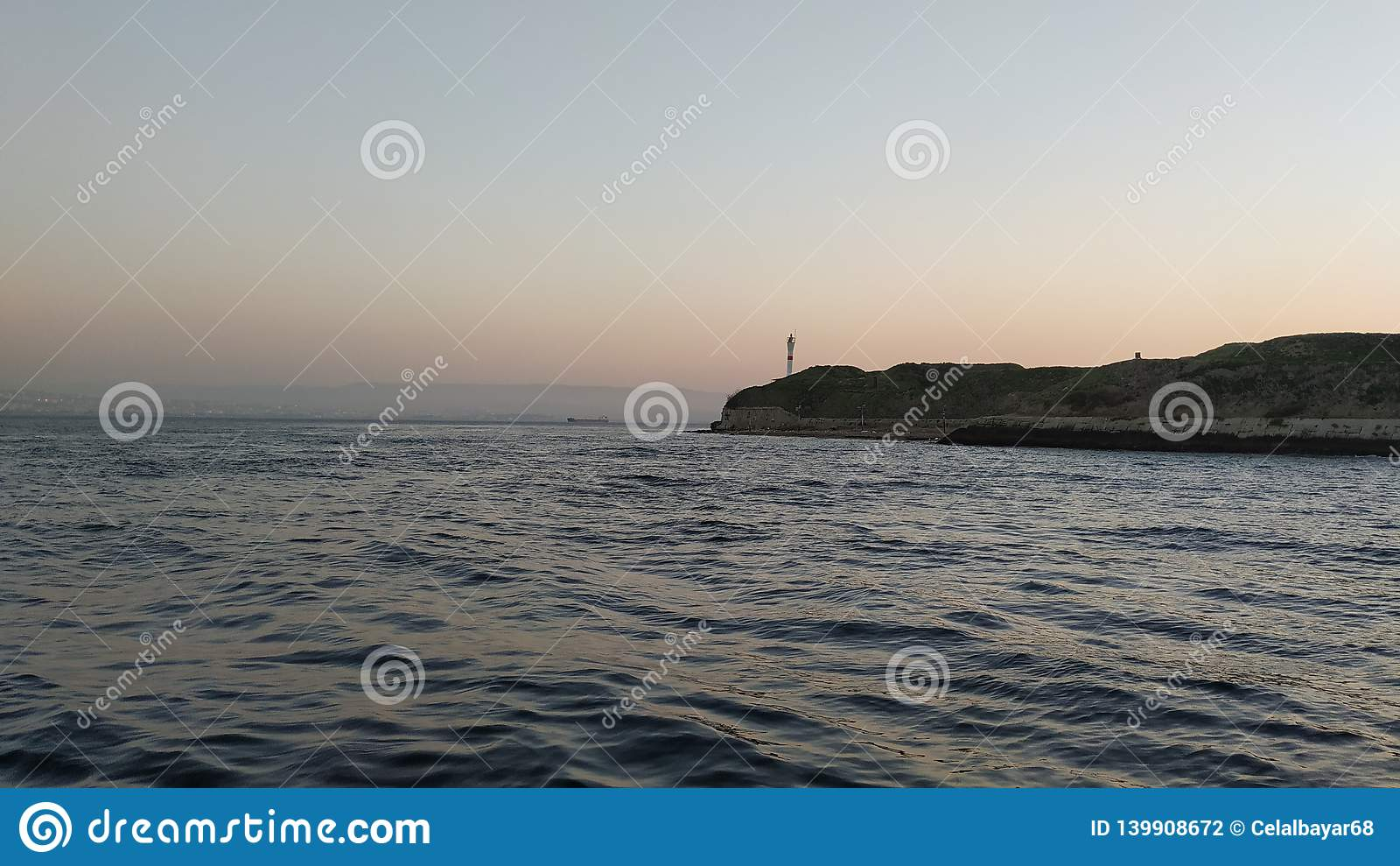 над заходом солнца моря