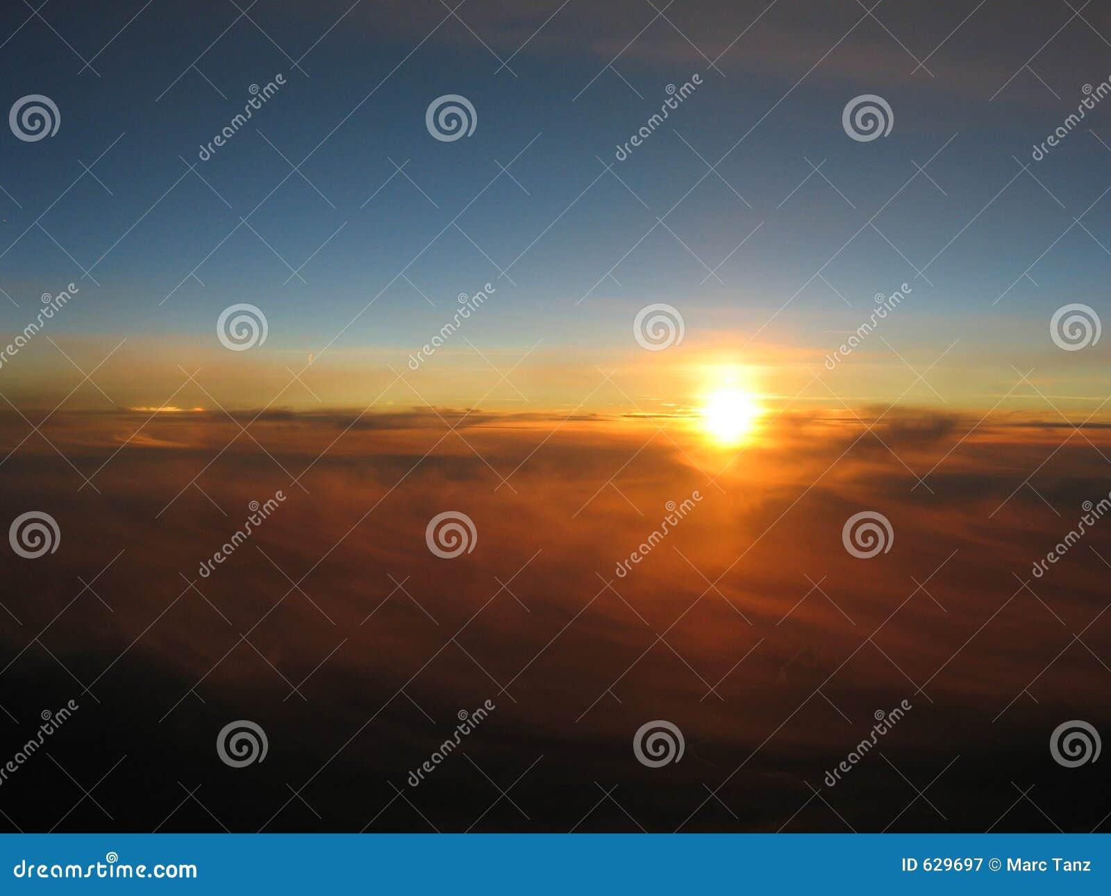 Download над заходом солнца облаков стоковое изображение. изображение насчитывающей пасмурно - 629697