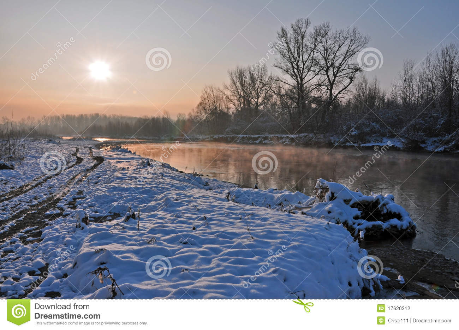 над зимой восхода солнца реки снежной