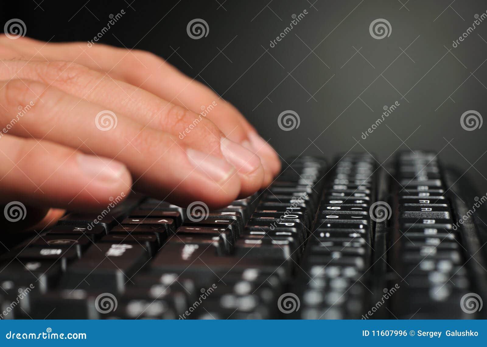 над клавиатурой рук