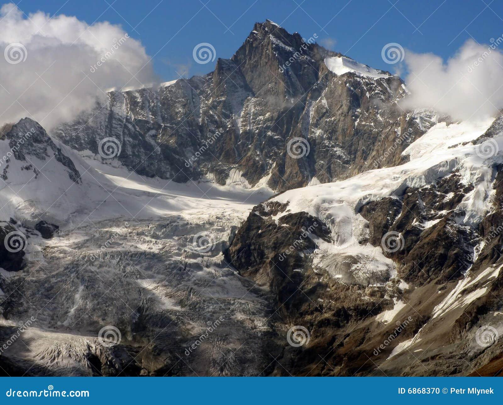 над пиком горы ледника утесистым