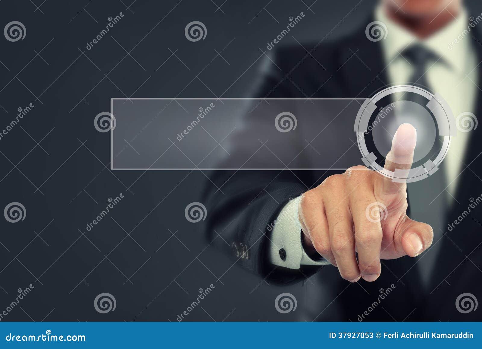 Нажим бизнесмена к виртуальному экрану