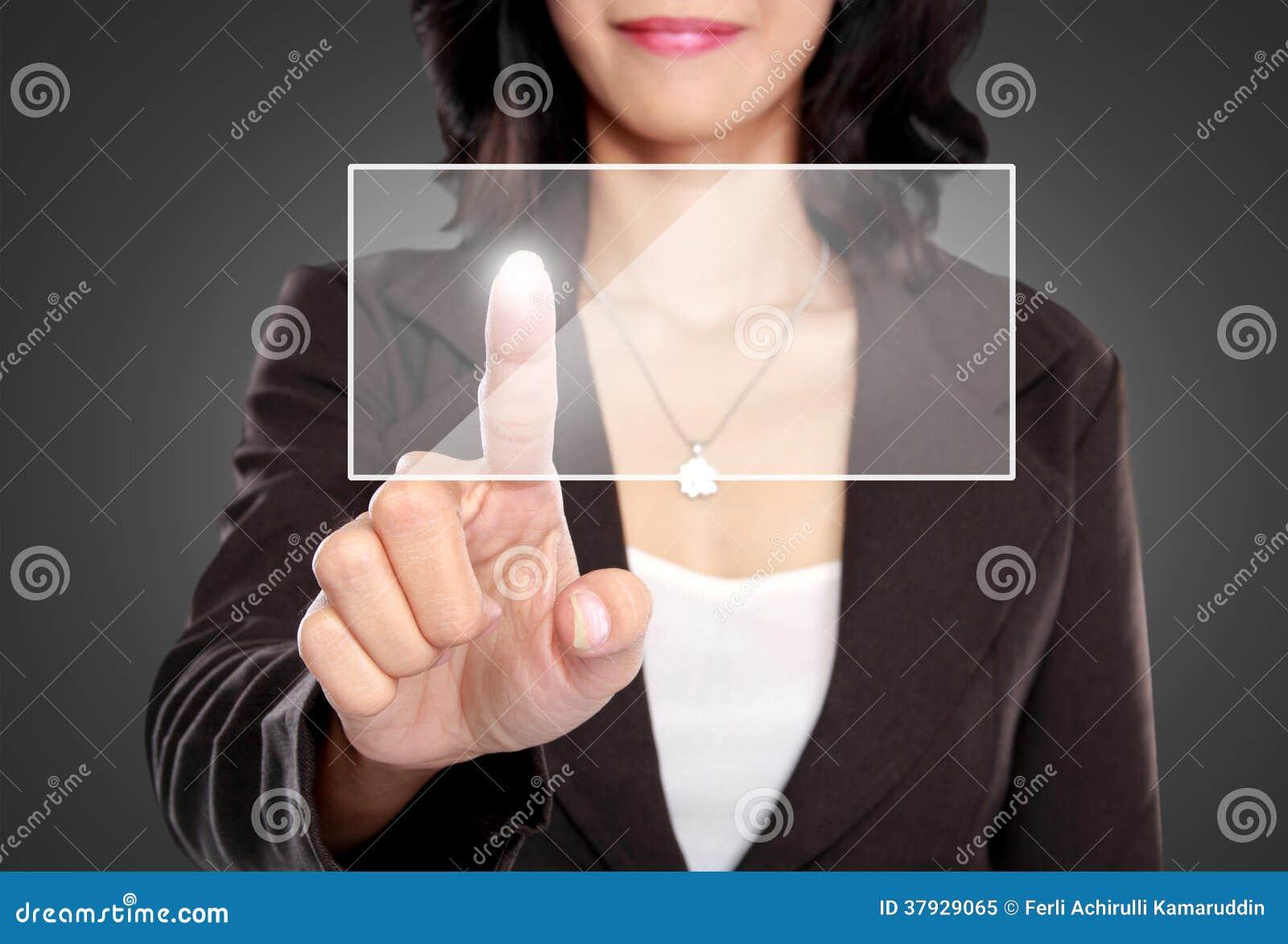 Нажим бизнес-леди для того чтобы прикрыть виртуальный экран