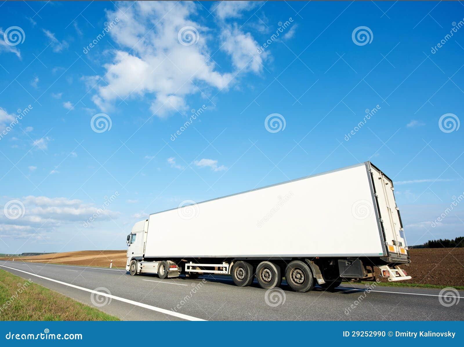 Назад белого трейлера грузовика над голубым небом