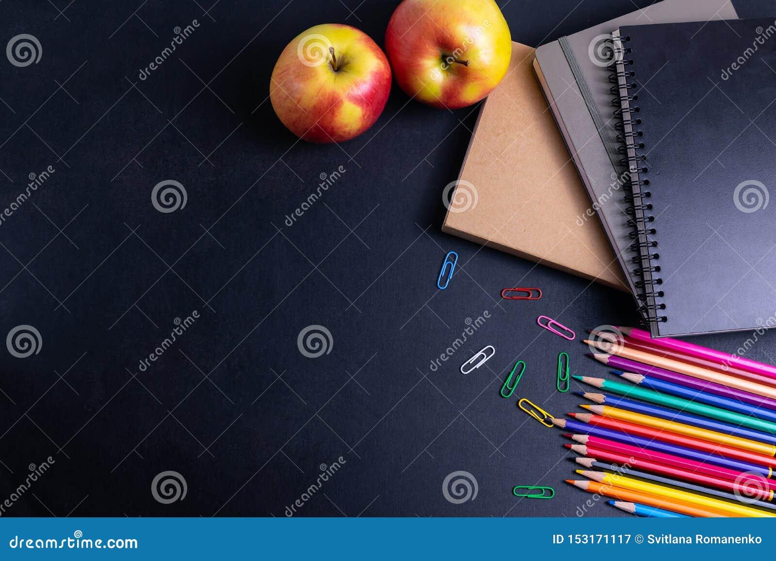 Назад к предпосылке школы с книгами и яблоку на положении классн классного плоском