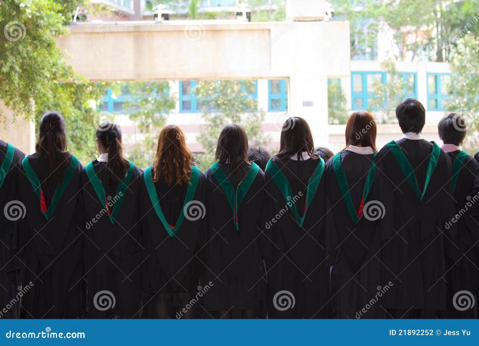 Назад университета градуирует с их мантиями