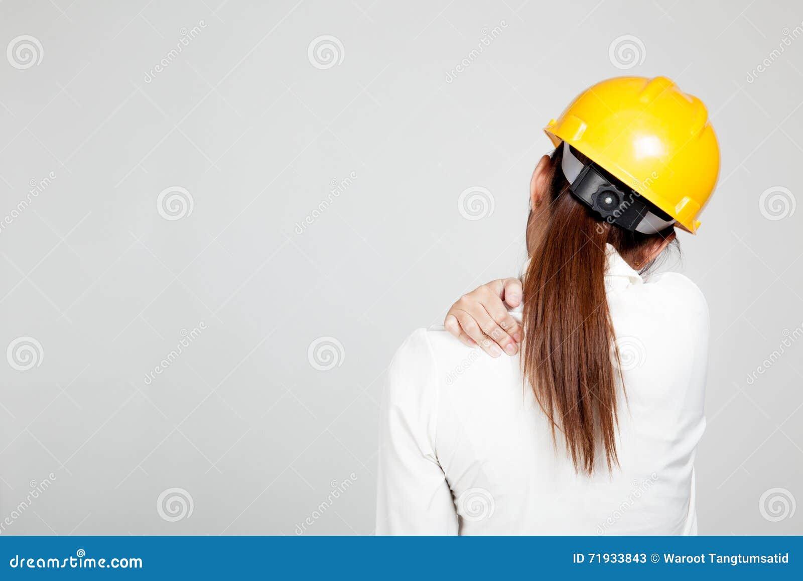 Назад азиатского инженера девушка с трудной шляпой получила боль в спине