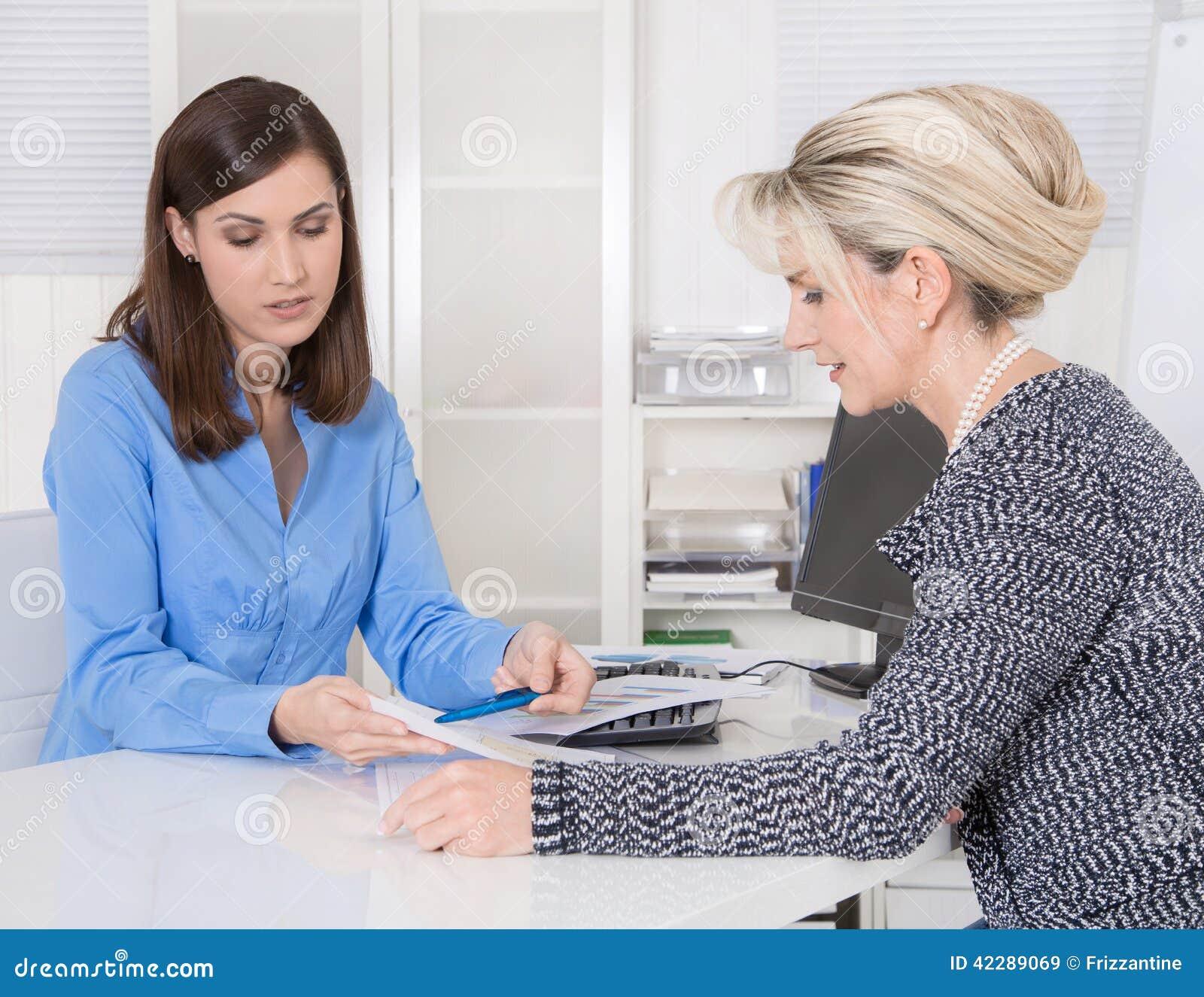 Назначение на специалисте для финансов: женские клиент и adv
