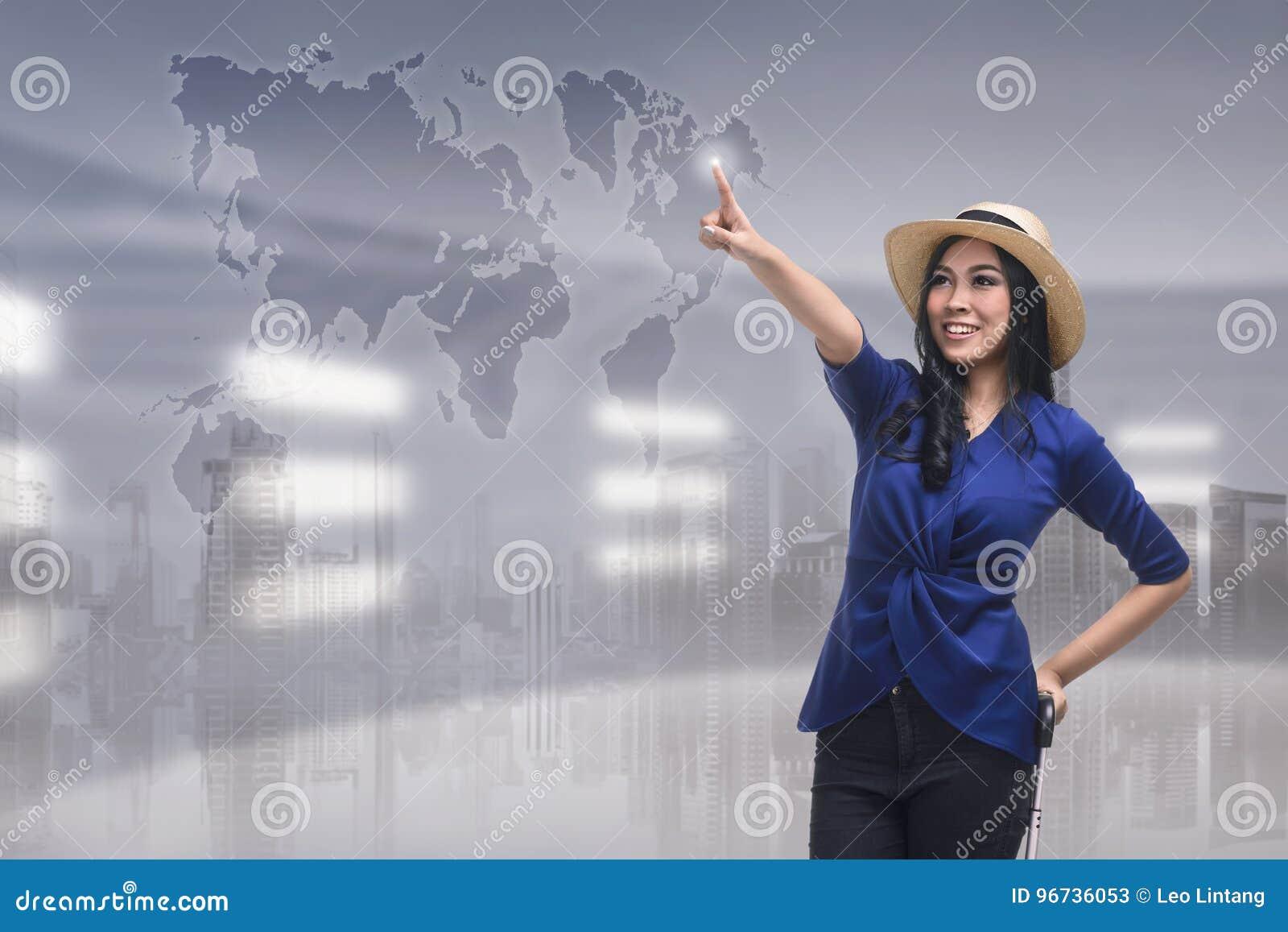 Назначение перемещения красивой азиатской женщины касающее на виртуальном scre