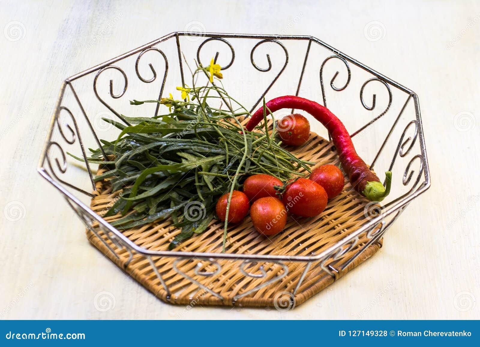 Накаленные докрасна перцы, arugula, томаты вишни