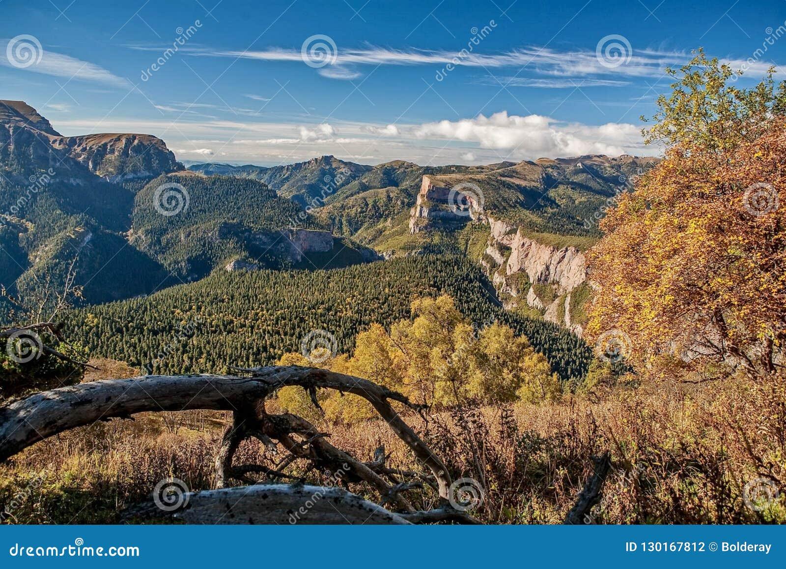 Наклон каньона восточный ряда Sikhote-Alin Sikhote Alin, гористая страна в Дальнем востоке