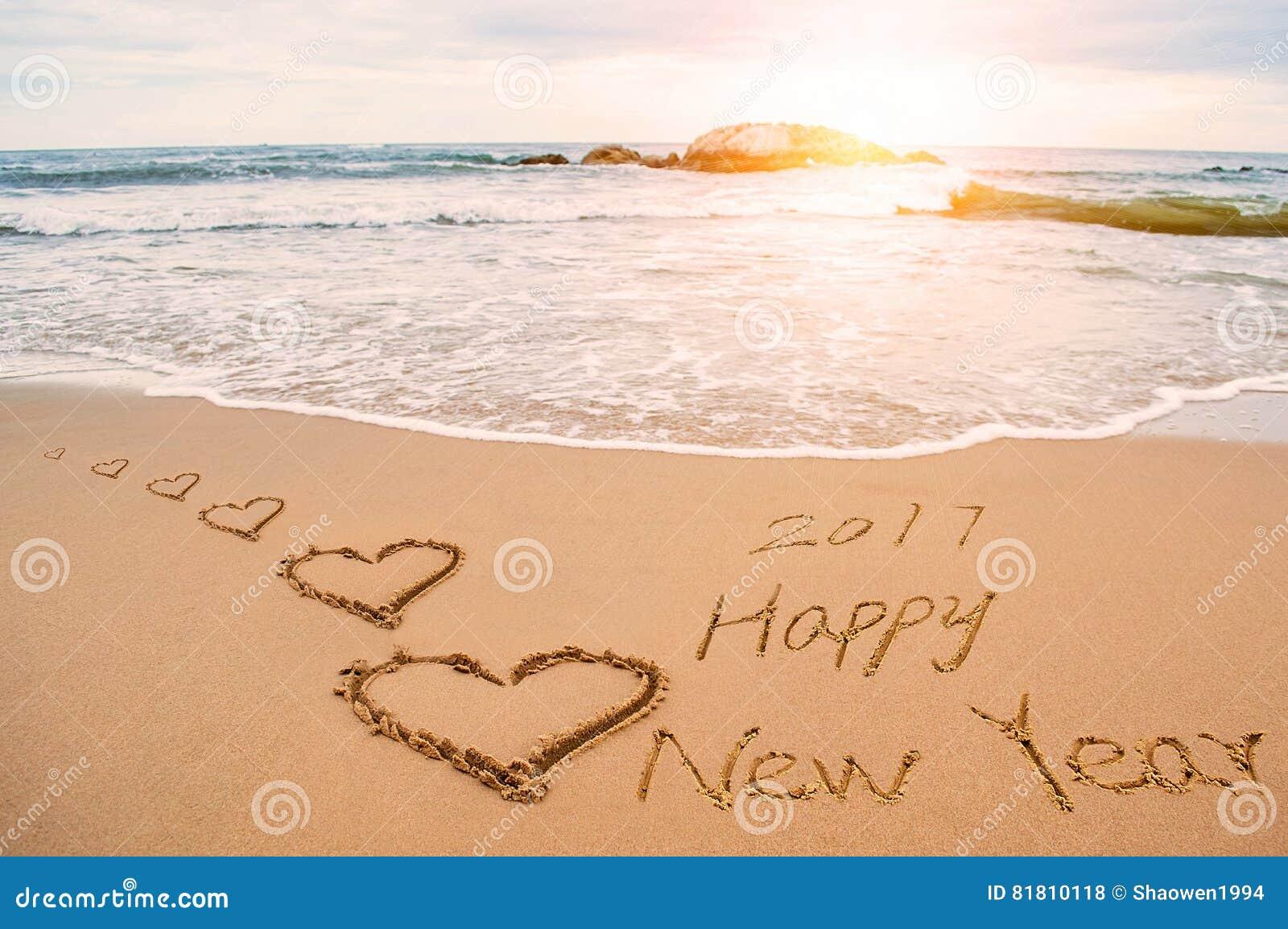 Напишите 2017 счастливых Новых Годов на пляже с сердцами