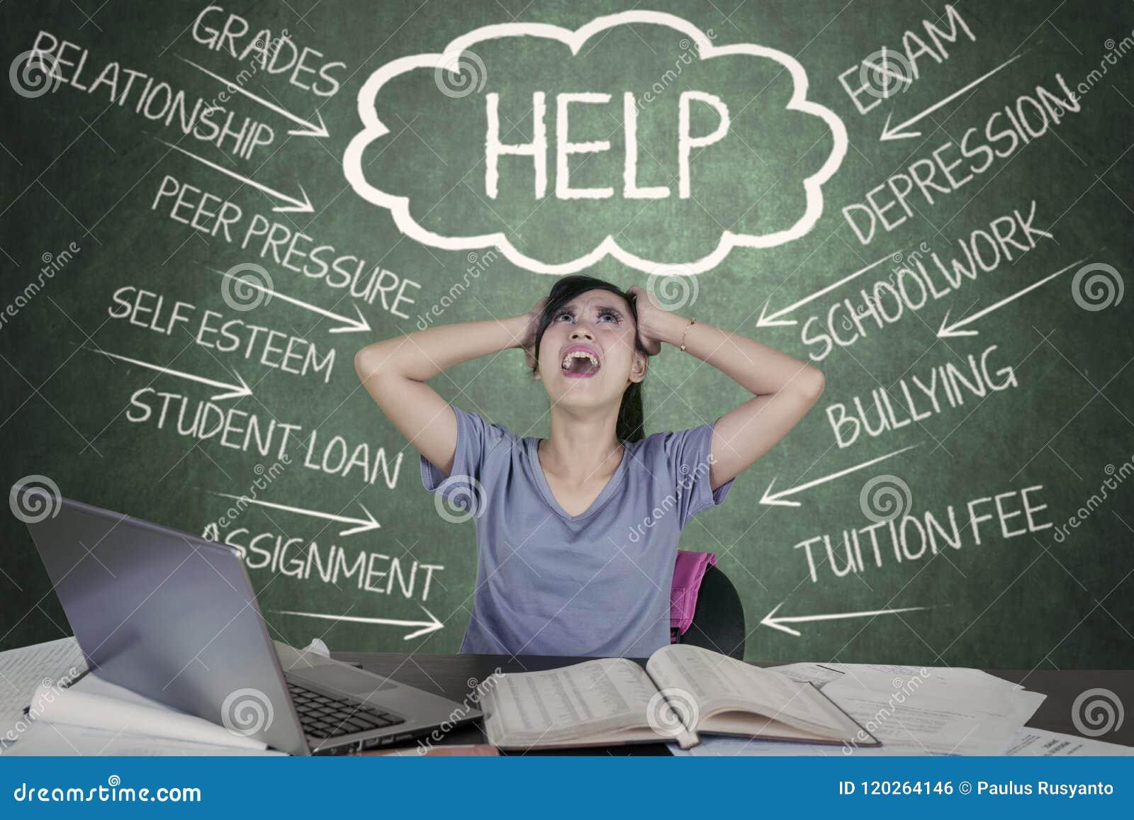 Напряжённый студент колледжа имея много проблем