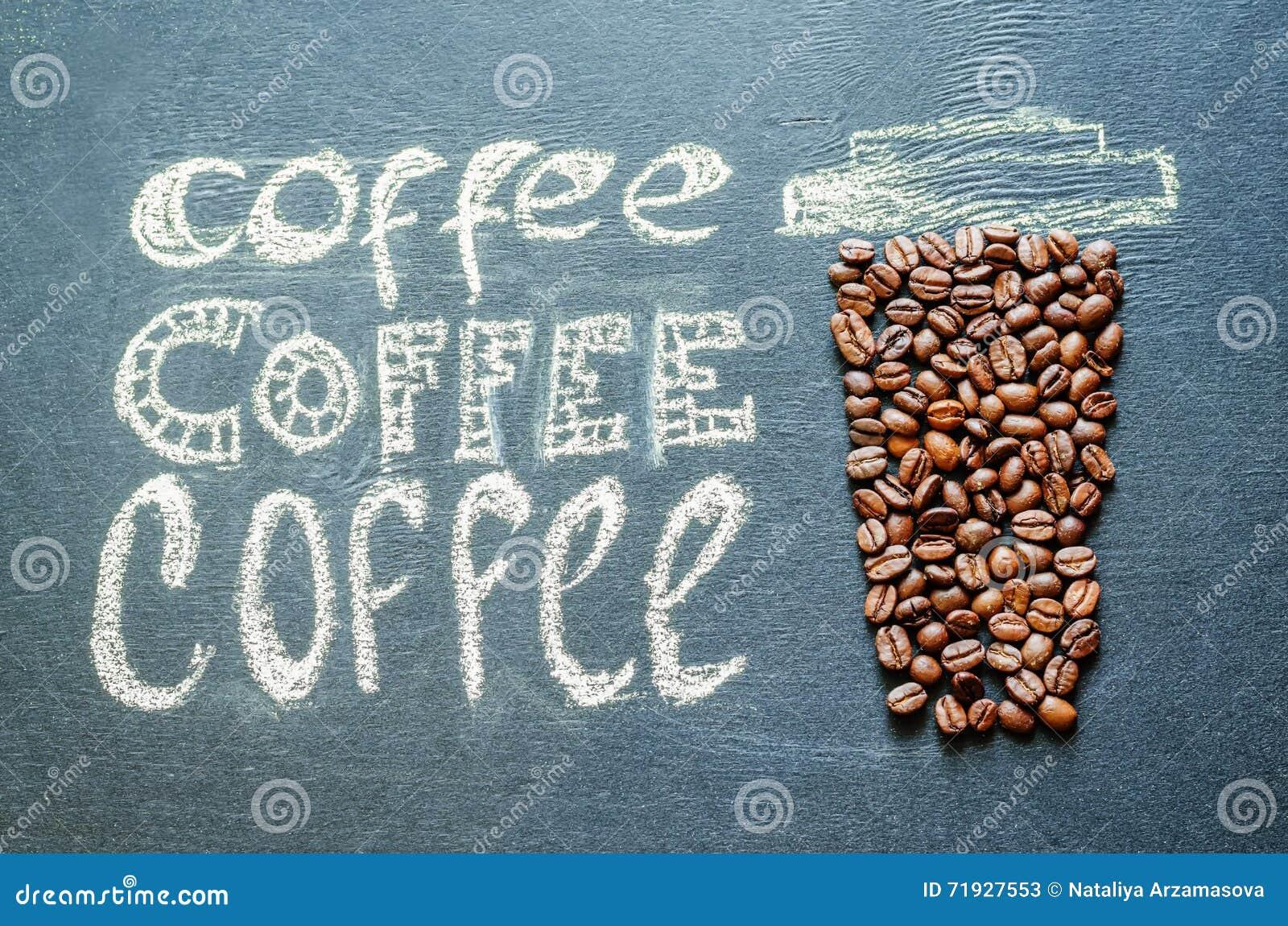 Нарисованный с чашкой кофе мела с кофейными зернами и insc кофе