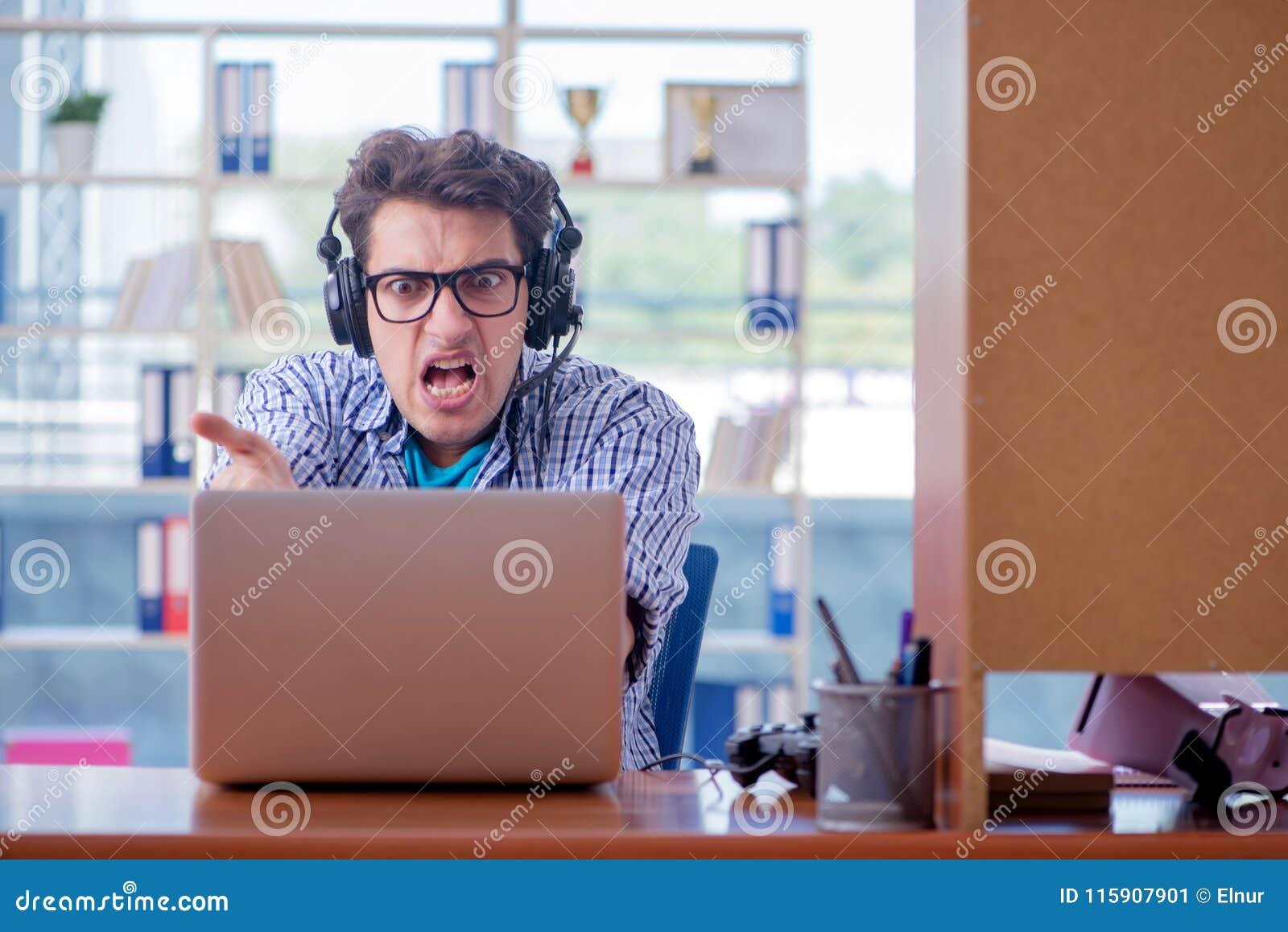 Наркоман gamer играя компютерные игры дома