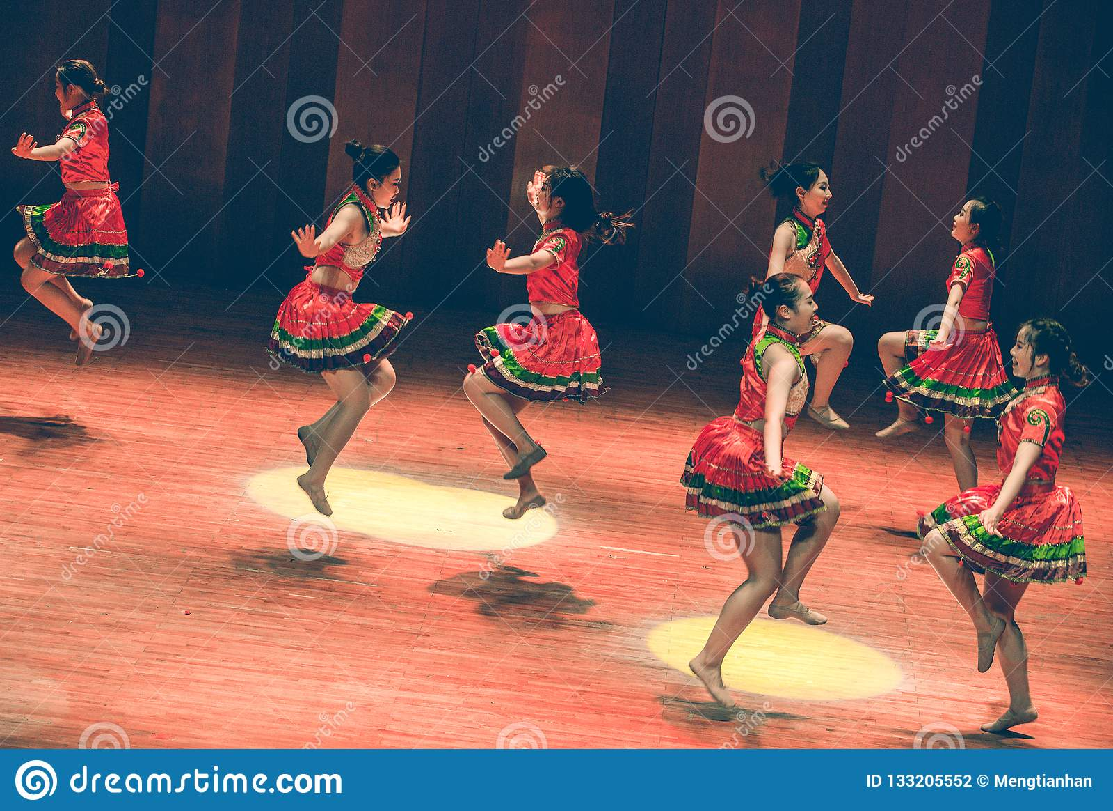 Народный танец скачк-Yi танца-Axi короткой юбки