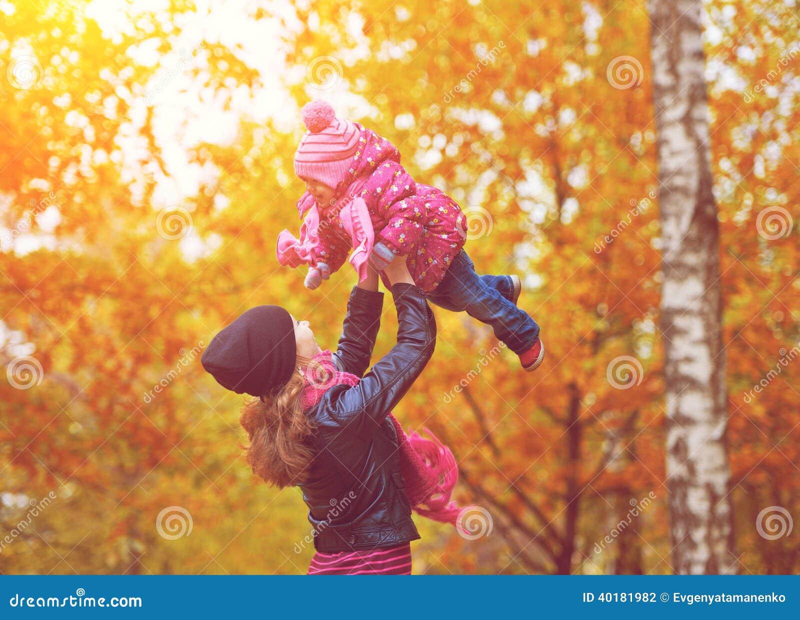 ????? Familie. Mutter- und Babytochter für Weg im Herbst