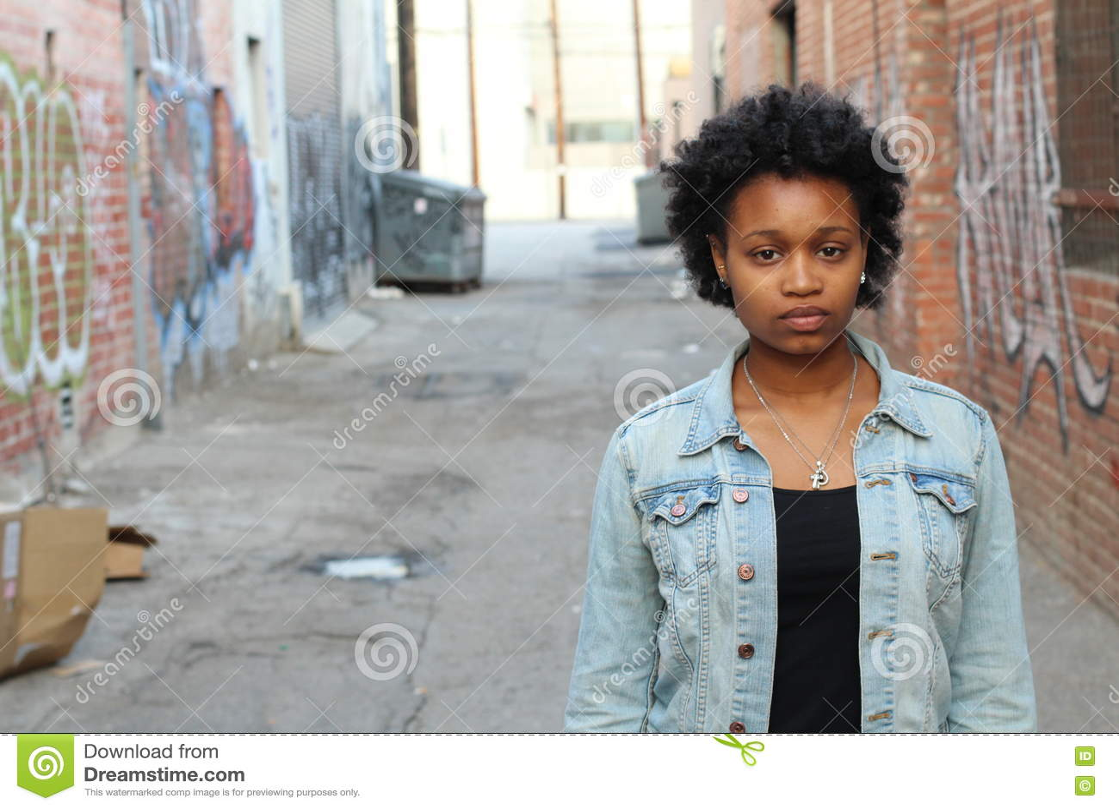 Насилие в семье, портрет злоупотребленной и ушибленной молодой женщины показывая тоскливость outdoors с космосом экземпляра