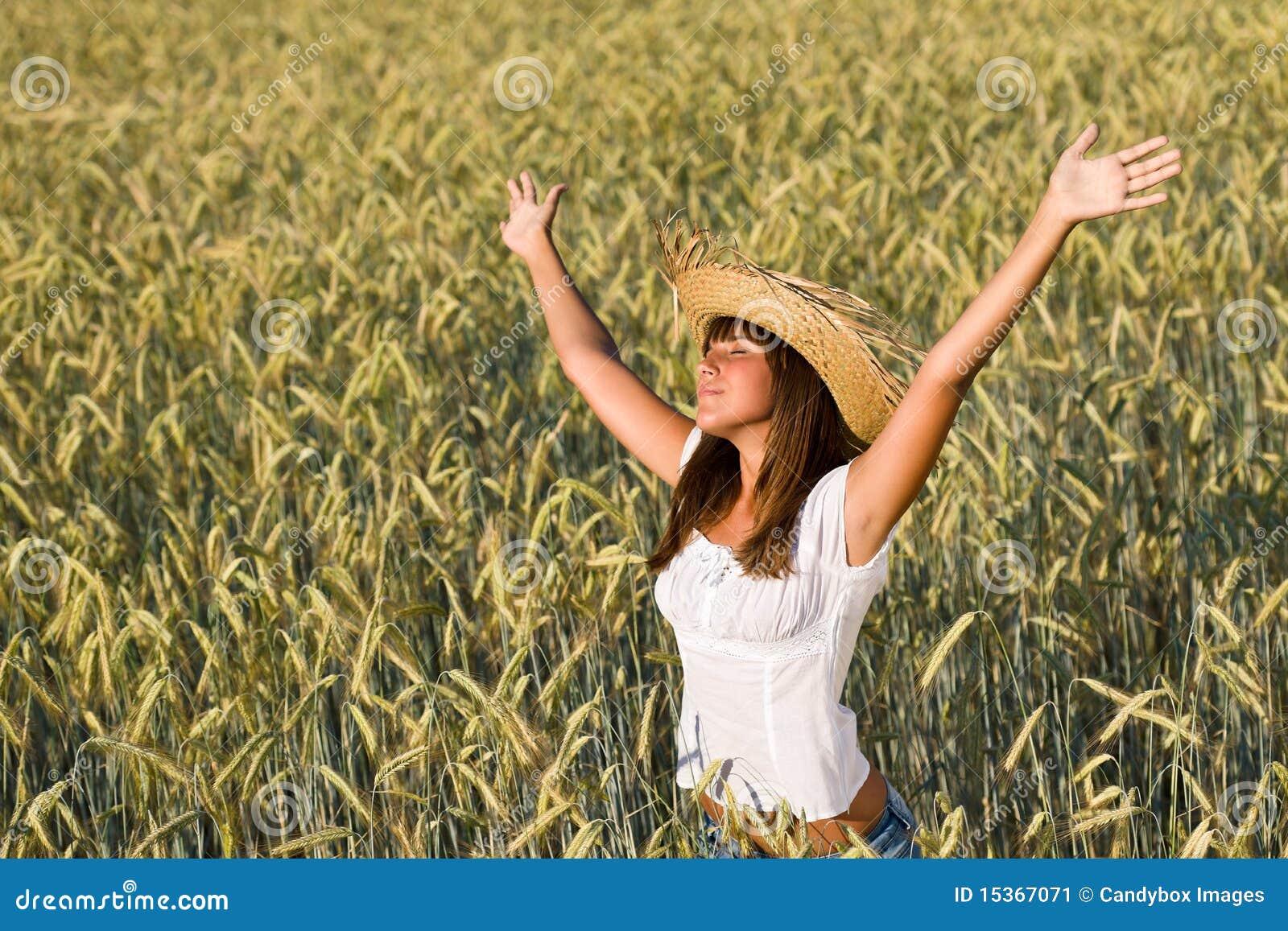 насладитесь женщиной солнца сторновки шлема поля счастливой