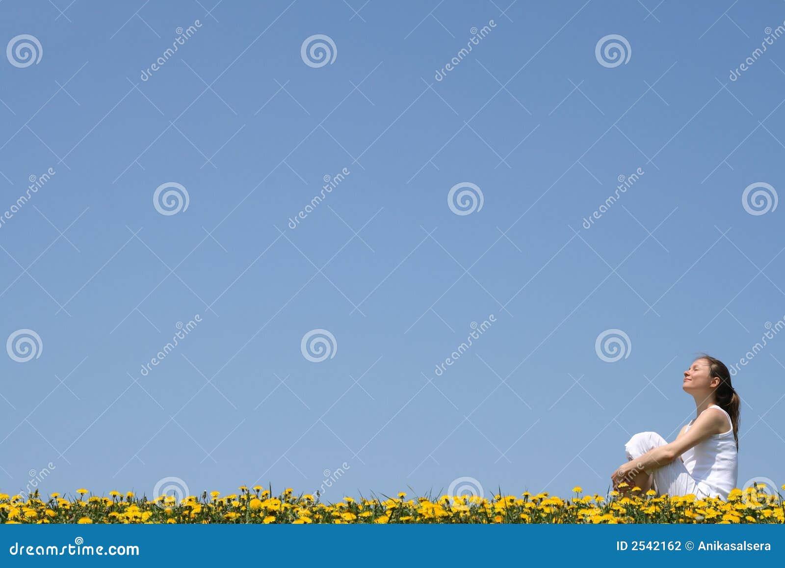 наслаждаться милой женщиной солнечности