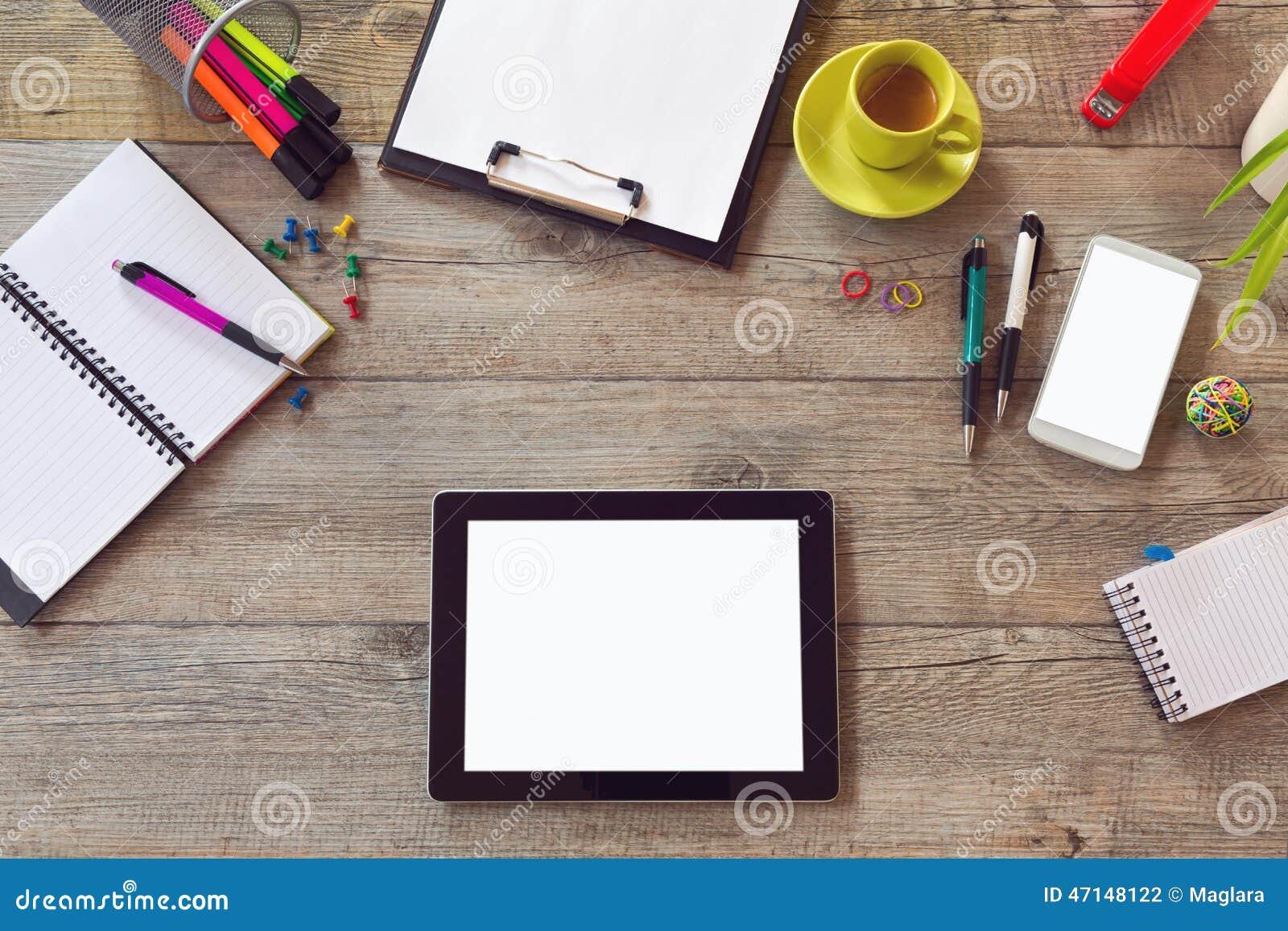 Насмешка стола офиса вверх по шаблону с таблицей, умным телефоном, тетрадью и чашкой кофе Взгляд сверху с космосом экземпляра