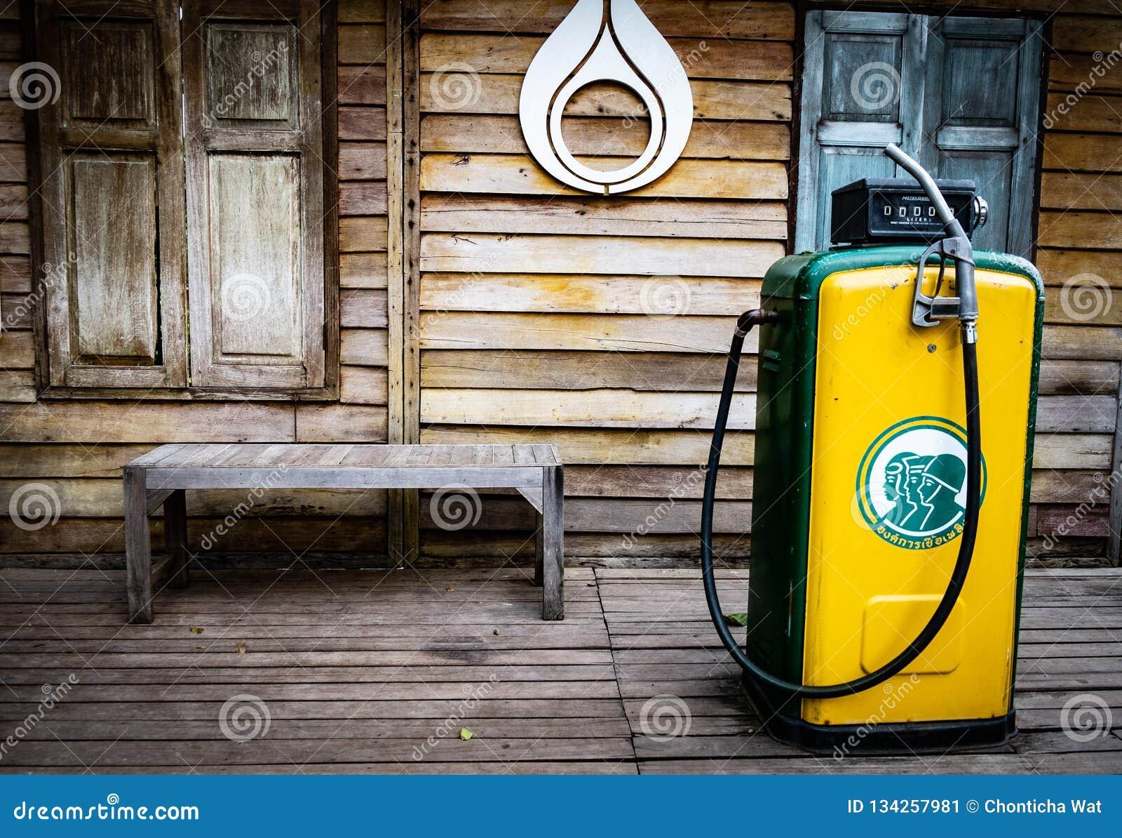 Насосы бензоколонки музея старые Винтажный распределитель топлива, на открытом воздухе старая бензозаправочная колонка в бензокол