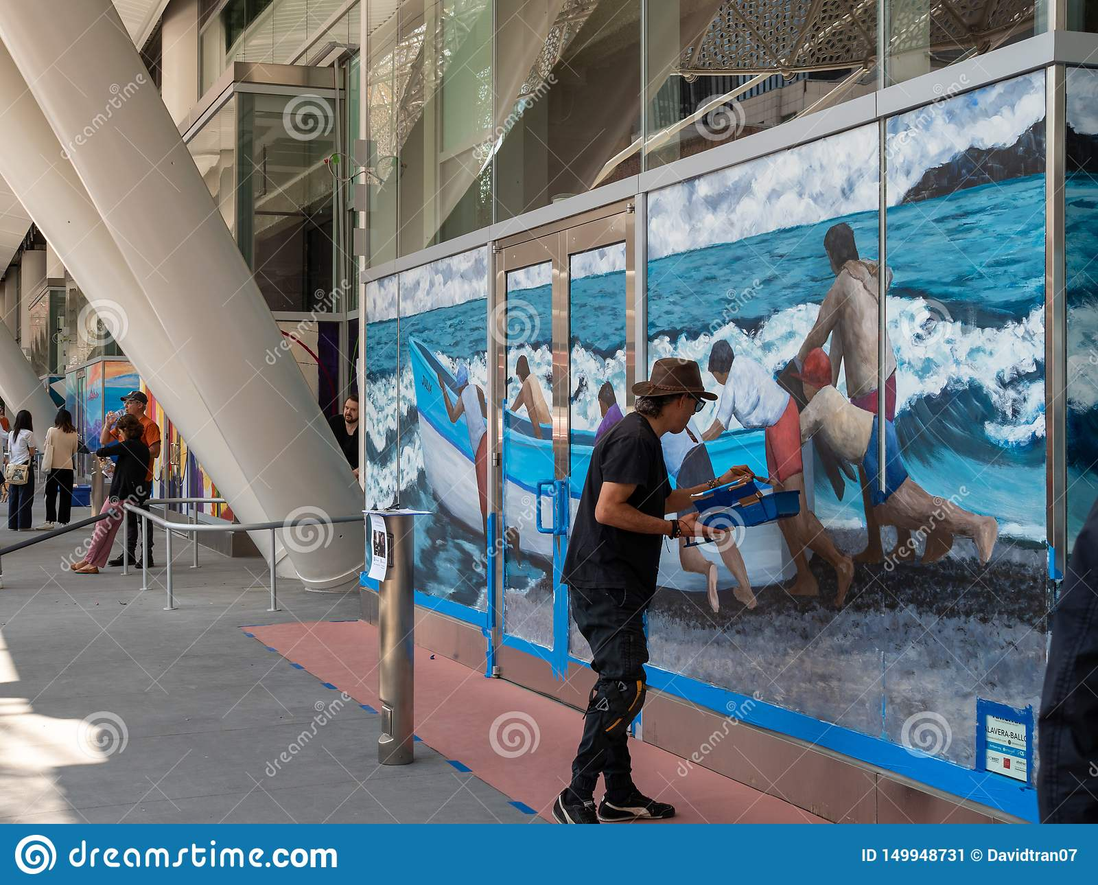 Настенная роспись картины художника океана и шлюпки в центре перехода Salesforce