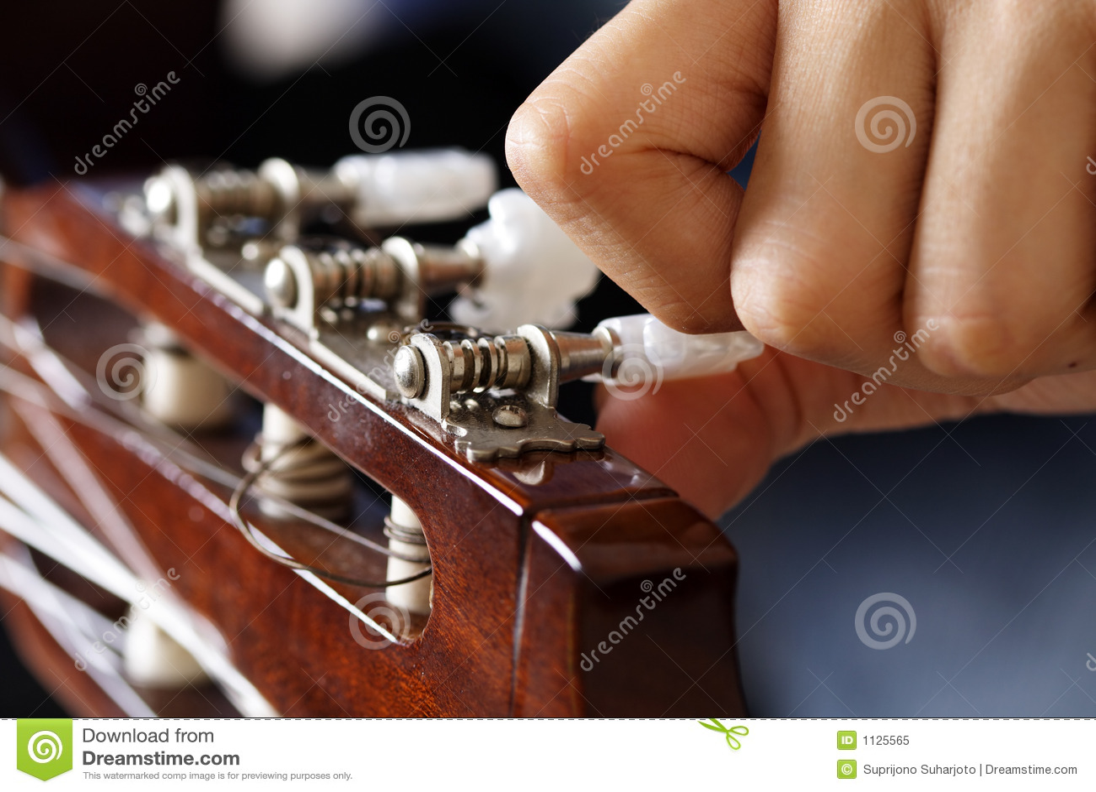 настраивать гитары