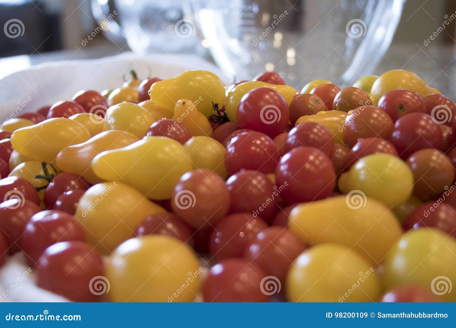 Download Насыпь томатов вишни на счетчике кухни Стоковое Изображение - изображение насчитывающей кухня, сальса: 98200109