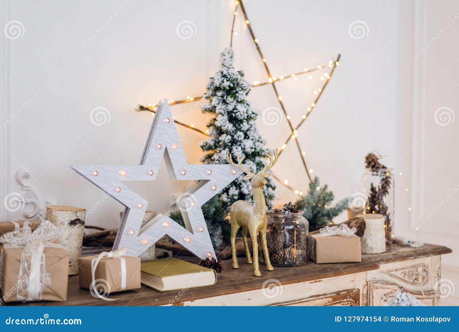 Натюрморт зимы с украшениями рождества забавляется олени, звезда и подарочные коробки на светлой предпосылке мягкий запачканный ф
