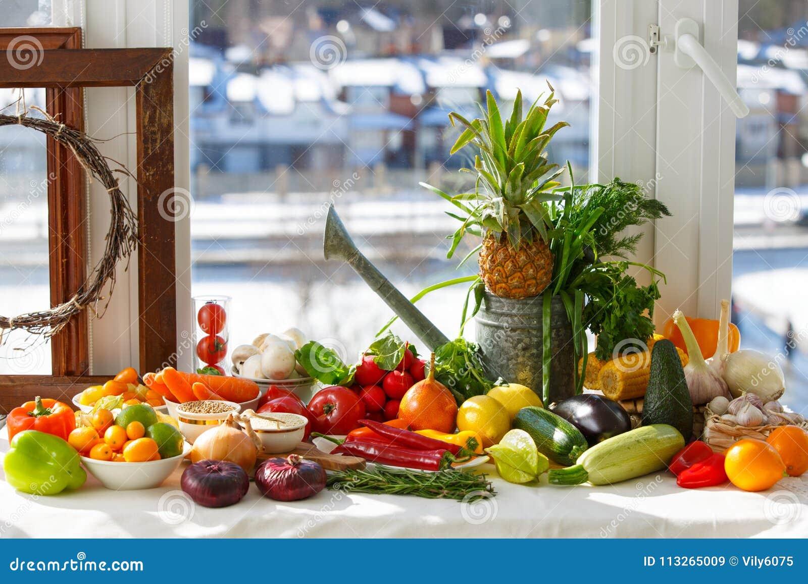 Натюрморт от тропических foruts, овощей и различных объектов