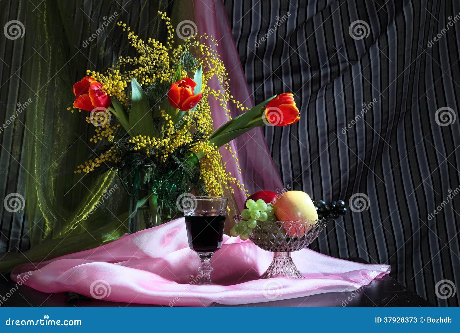 Натюрморт с цветками, красным вином и плодоовощами