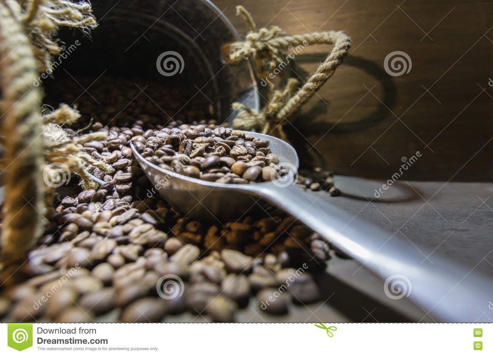 Натюрморт - чашка кофе, сумка и ветроуловитель на старом ржавом backgroun