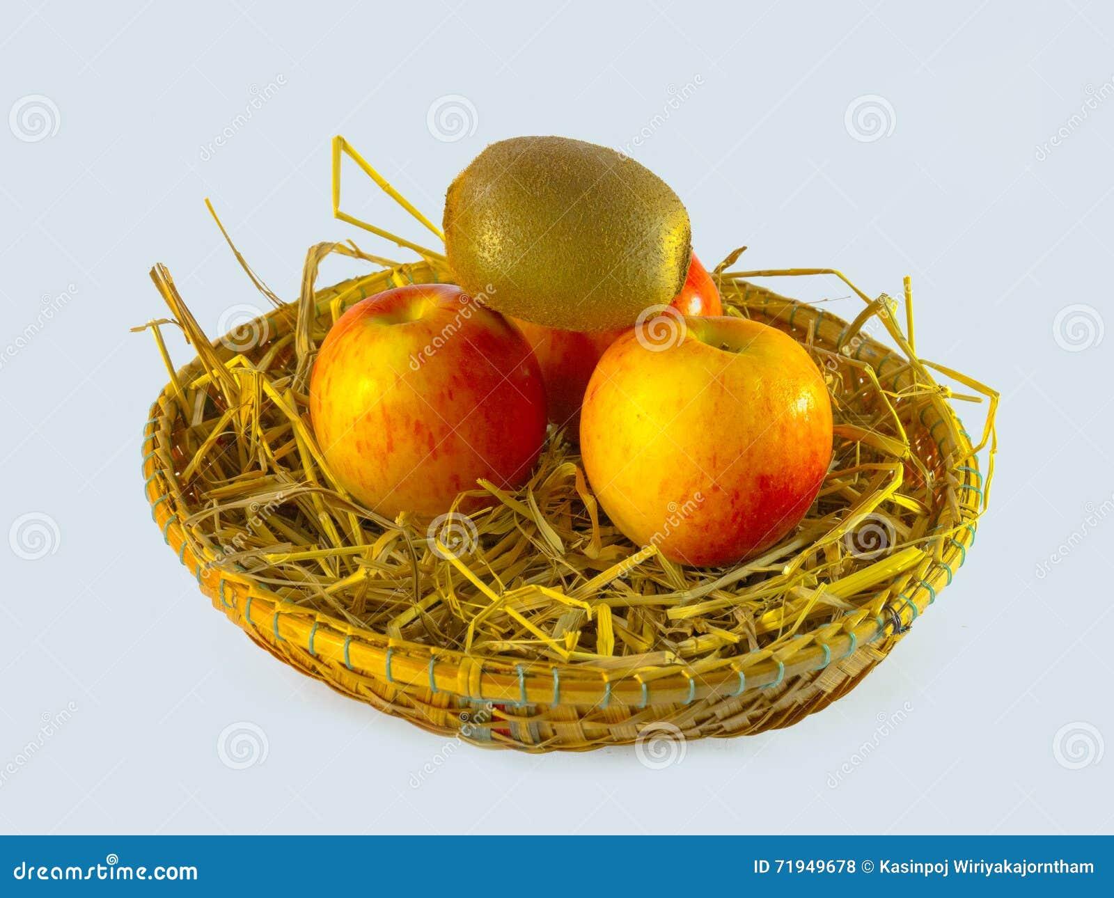 Натюрморт яблок в корзине изолированной на белой предпосылке, натюрморт яблок в корзине изолированной на белой предпосылке