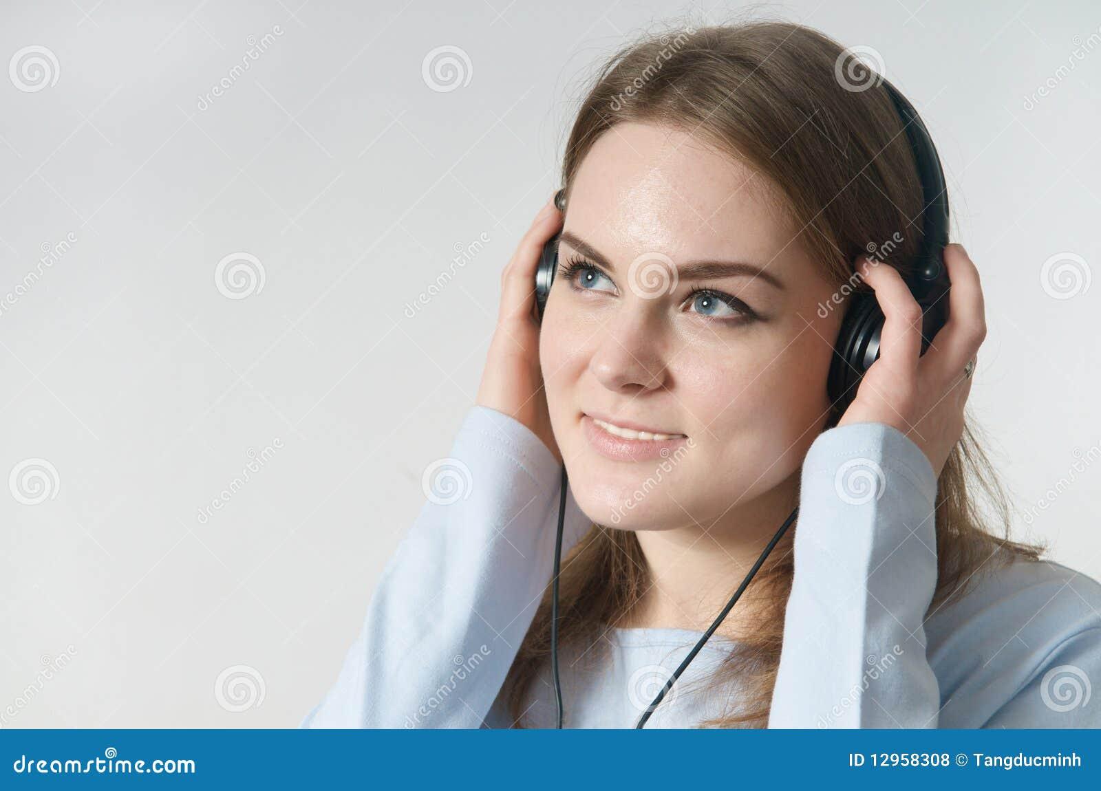 наушники девушки слушают нот к детенышам