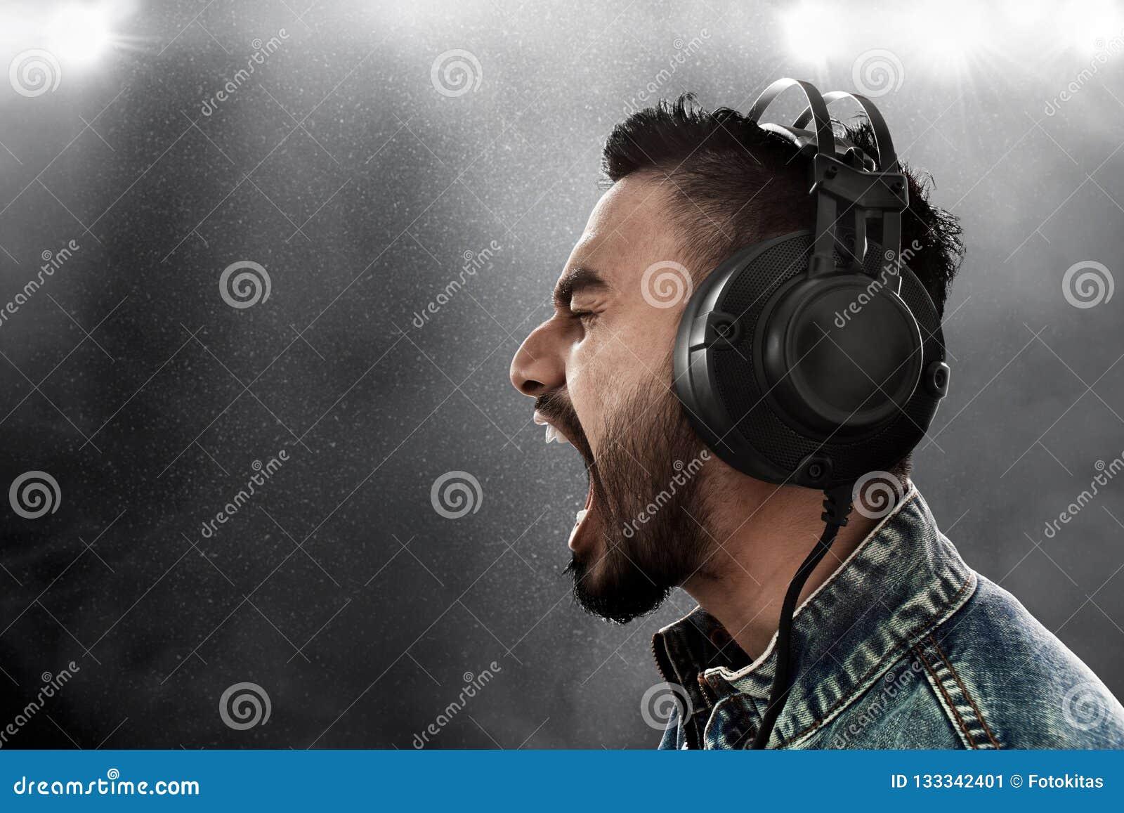 Наушники музыки человека слушая нося
