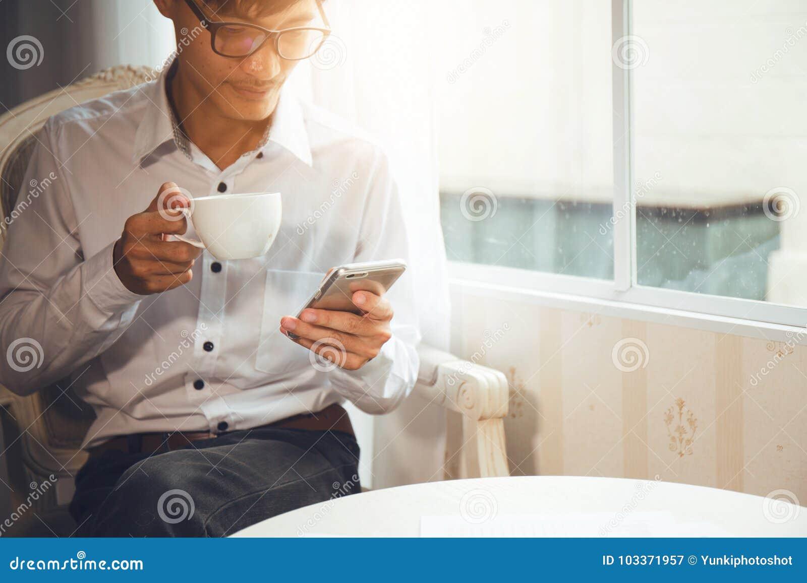 Национальность бизнесмена азиатская сидя на кофе