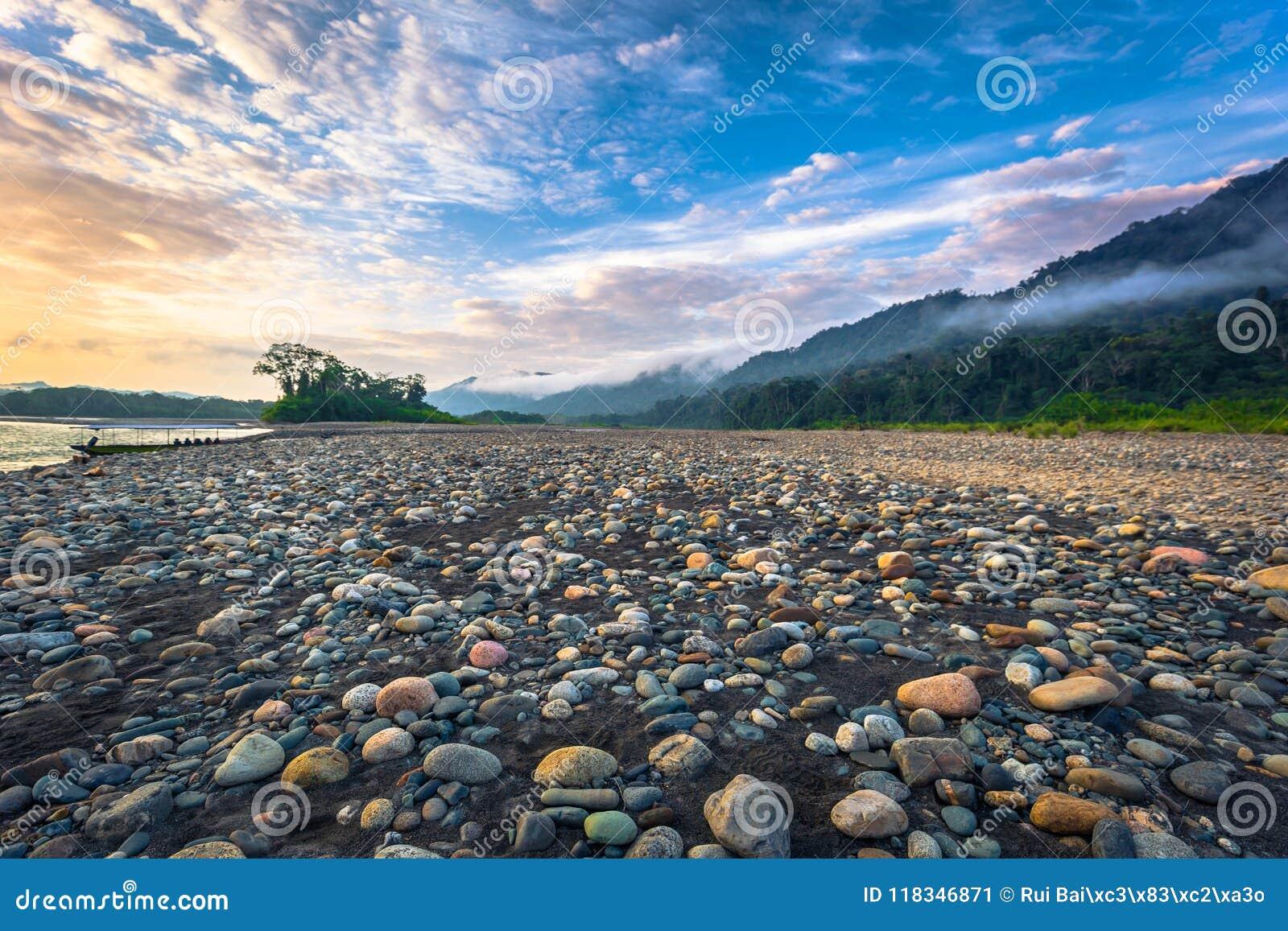 Национальный парк Manu, Перу - 6-ое августа 2017: Берега Madre