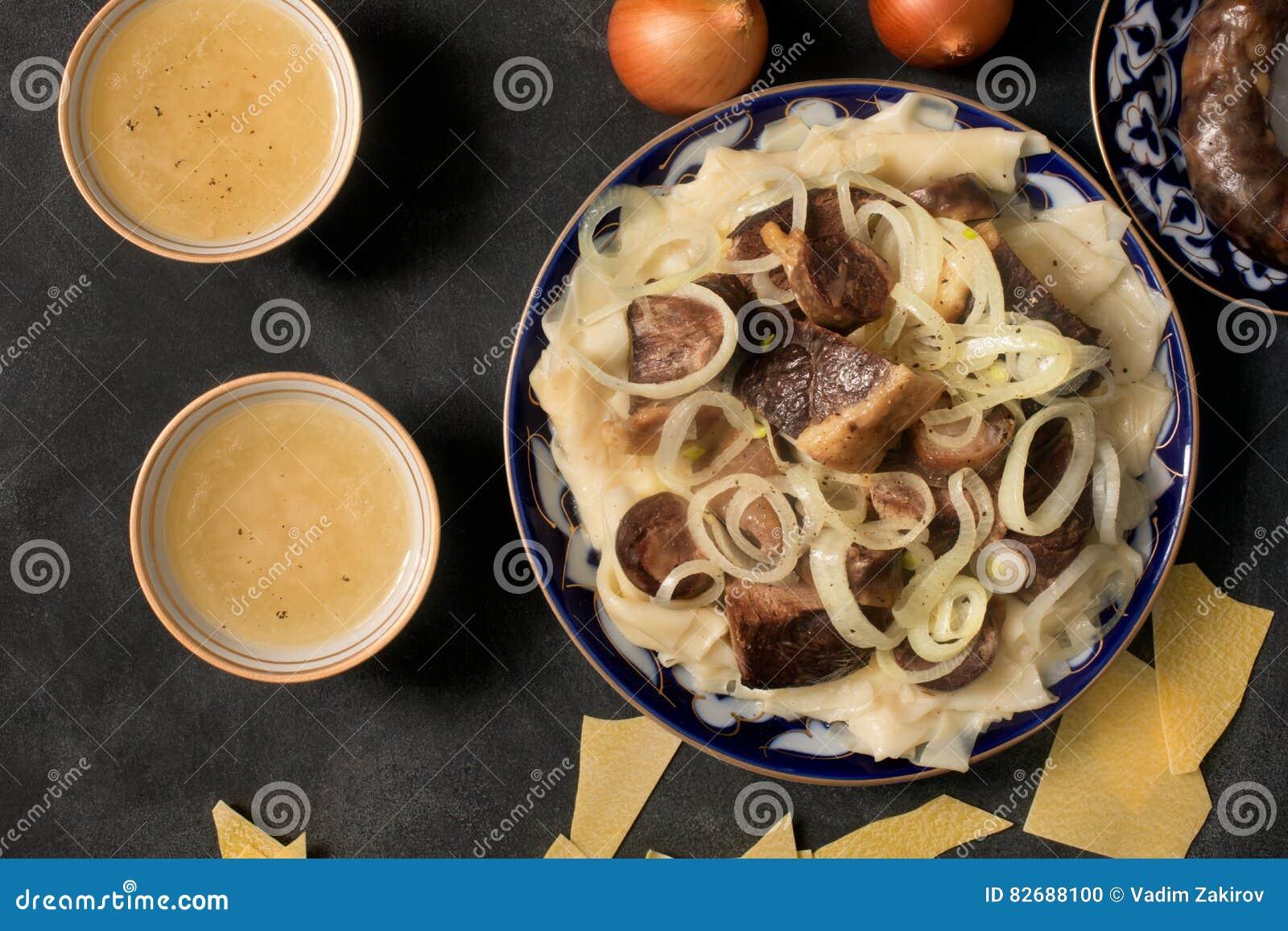 Национальное блюдо казаха - Beshbarmak и бульон мяса