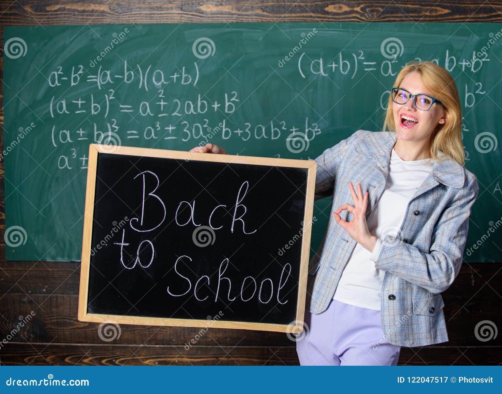 Начало нового сезона школы Учитель женщины держит надпись классн классного назад к школе Вы подготавливаете для того чтобы изучит