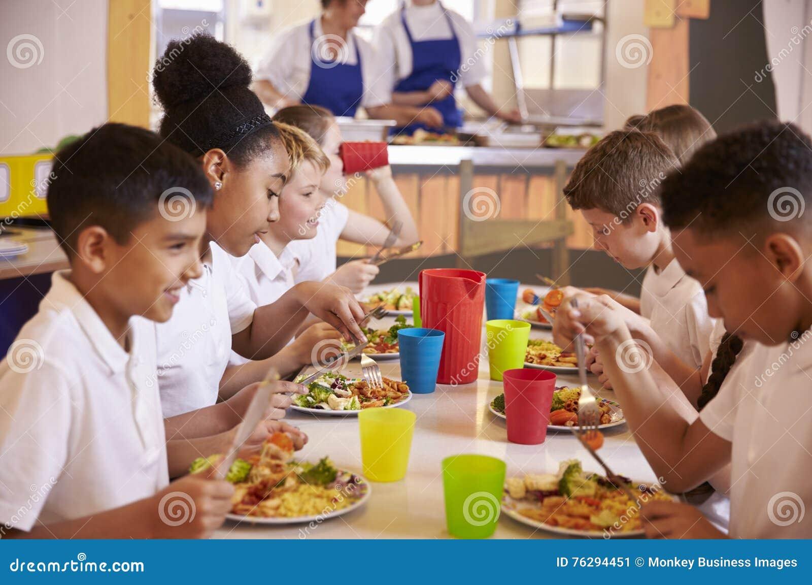 Начальная школа ягнится еда на таблице в школьном кафетерии