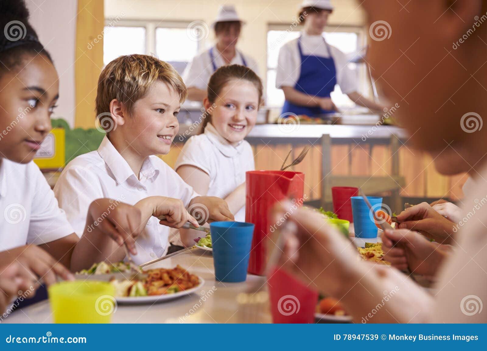 Начальная школа ягнится на таблице в школьном кафетерии, конце вверх