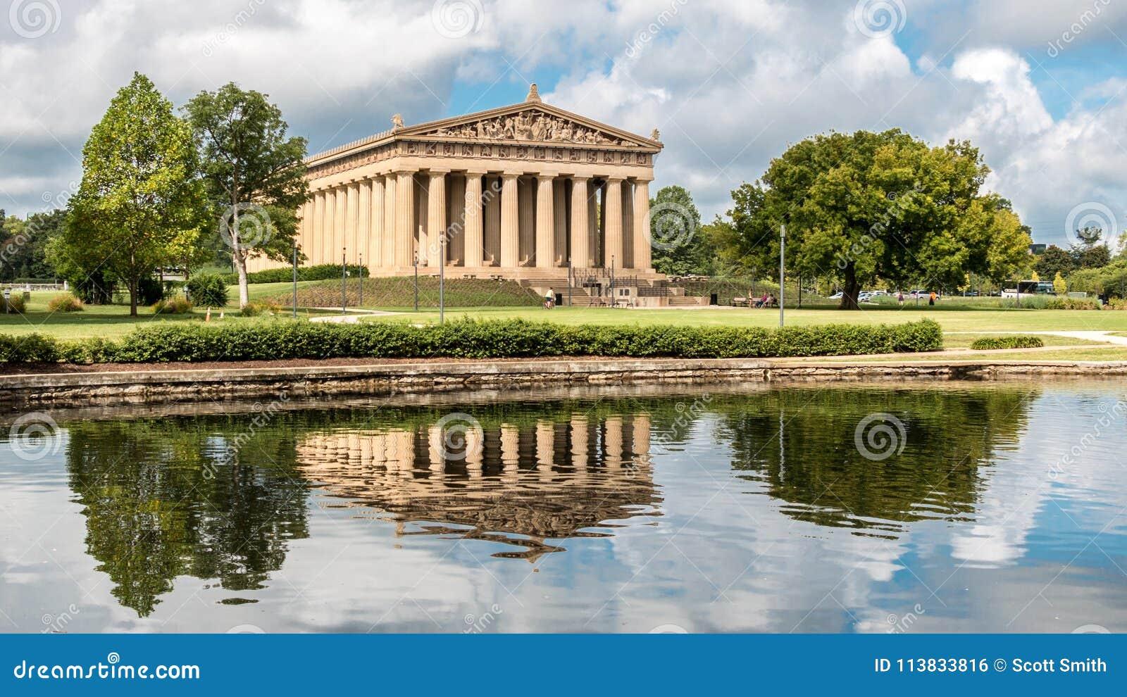 Нашвилл, TN - 8-ое августа 2015 Взгляд Парфенона и свое отражение в Centennial ` s Нашвилла паркуют