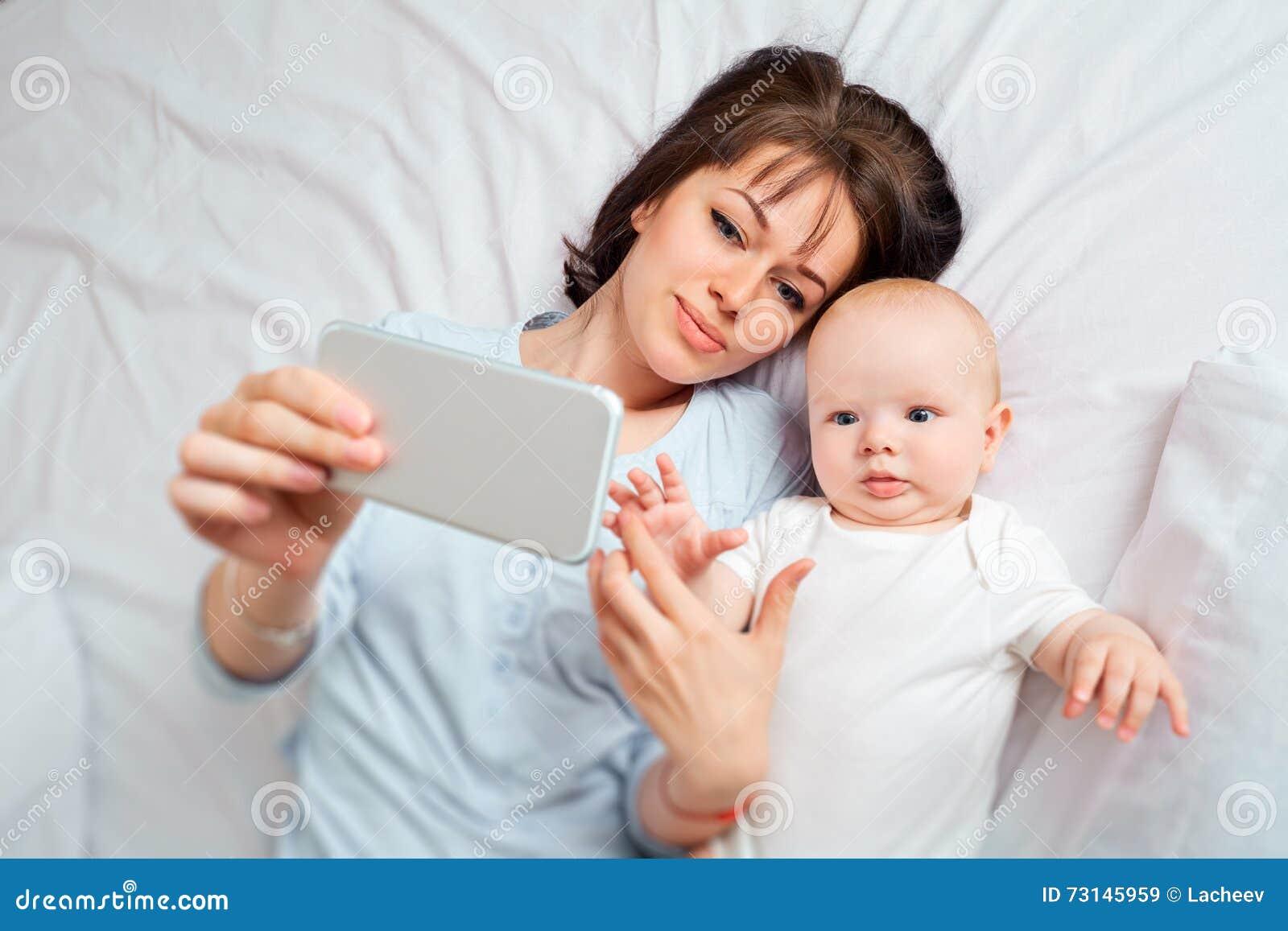 над взглядом Selfie Мама и ребенк с телефоном на b