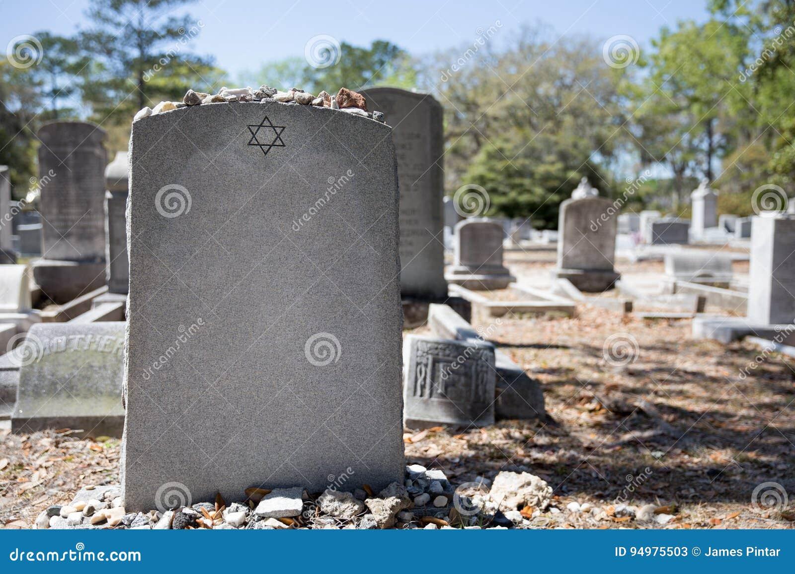 Надгробный камень в еврейском кладбище с звездой Дэвида и камня памяти