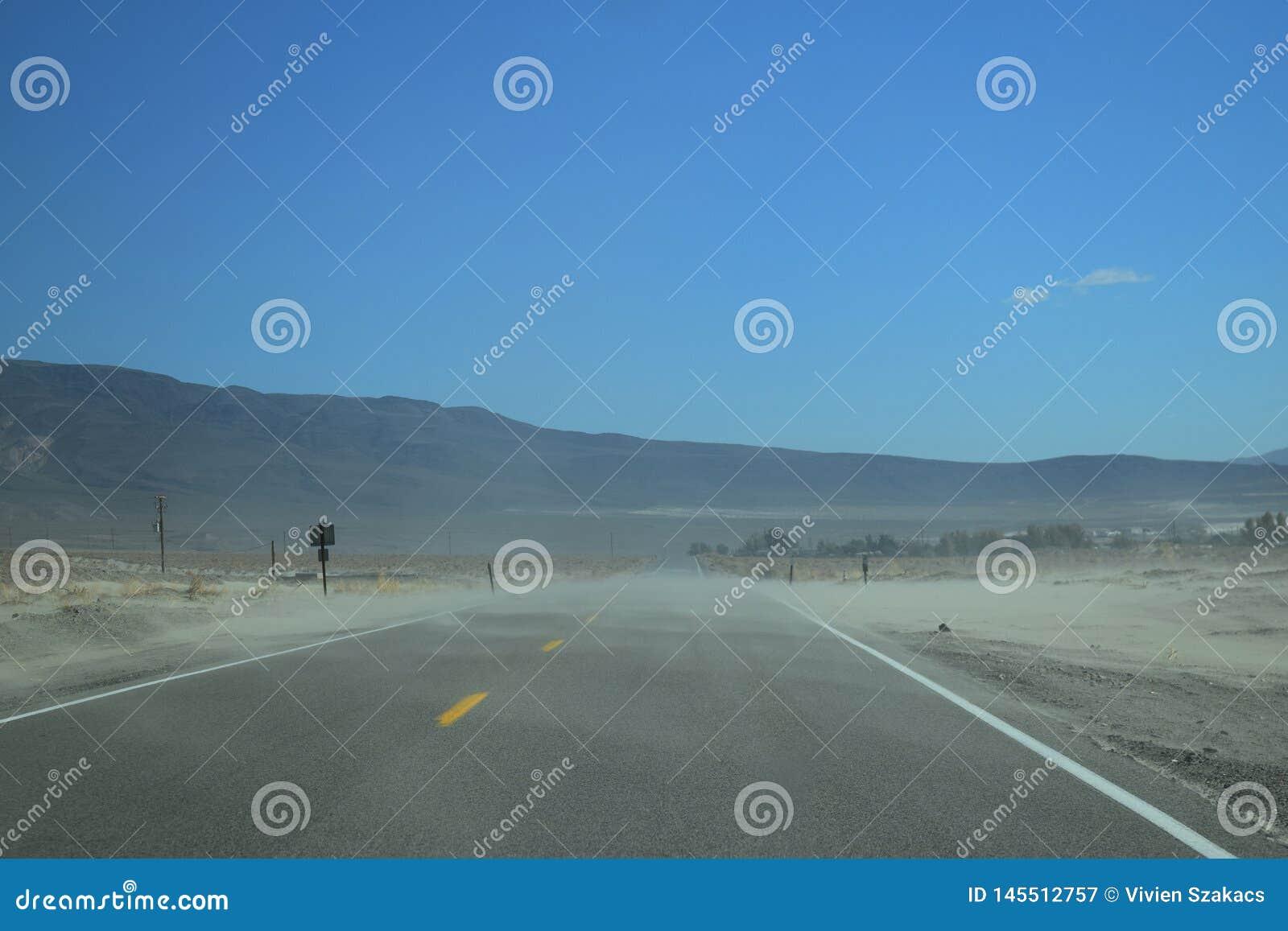 На дороге в пустыне Дикого Запада