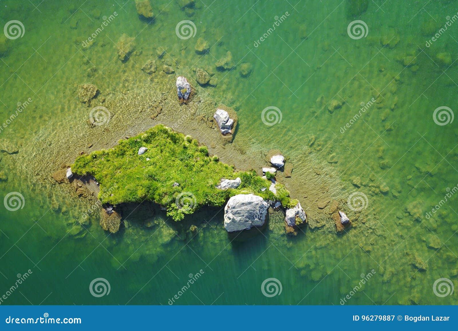 над зеленым островом