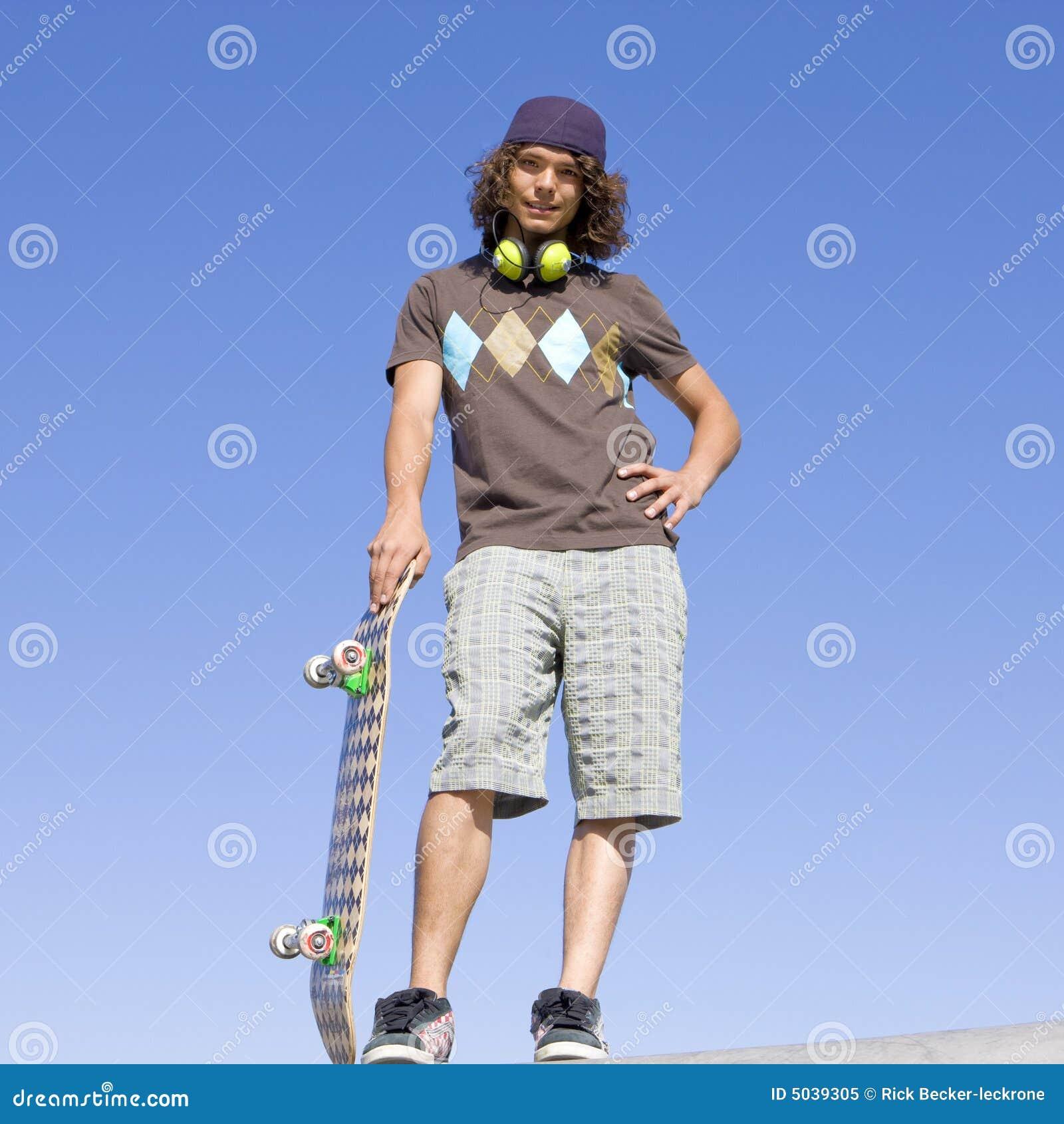 на конькобежце пандуса предназначенном для подростков