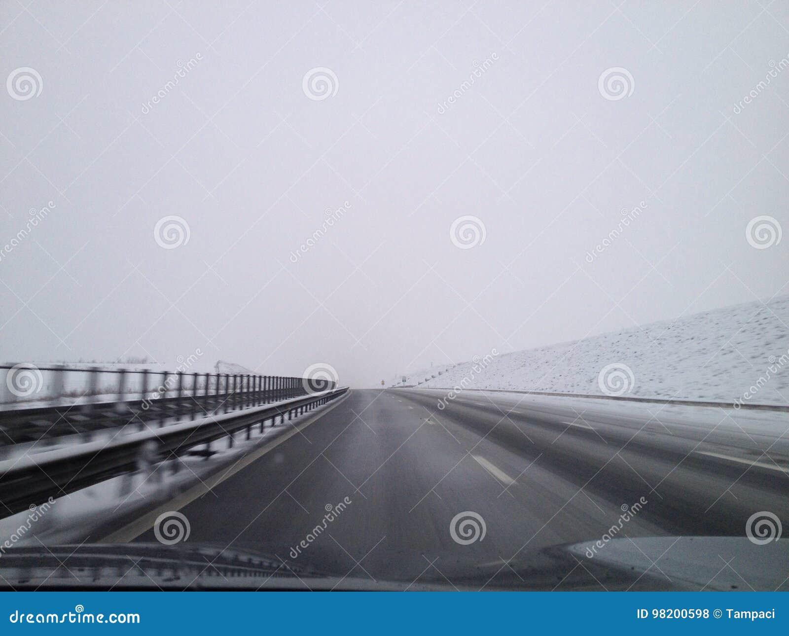 Download На дороге стоковое фото. изображение насчитывающей хайвей - 98200598