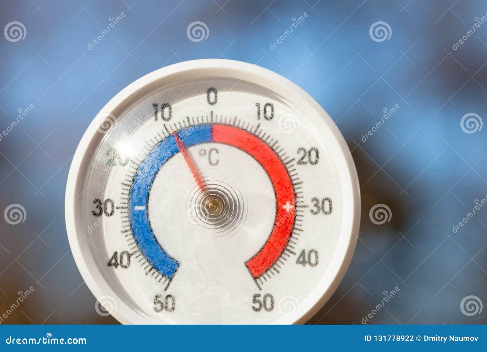 На открытом воздухе термометр с масштабом Градуса цельсия показывая строгую замерзая температуру